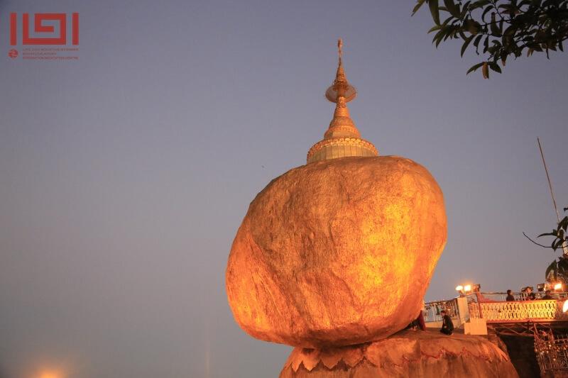 緬甸朝聖矗立山崖風動石